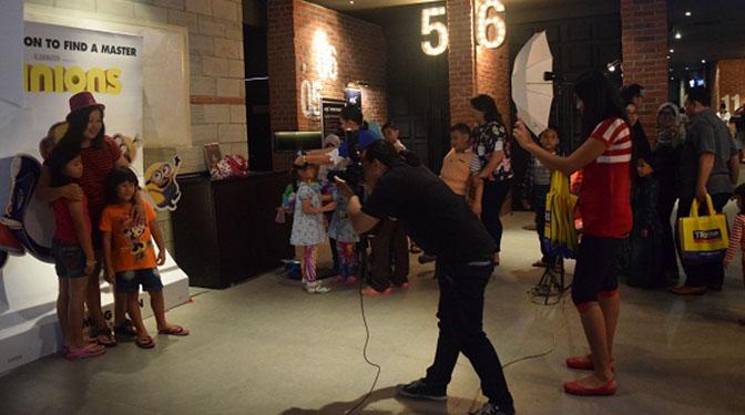 keseruan peserta nobar berfoto di booth